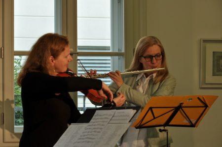 Beatrix Doderer und Esther Schöpf bei GESCHENKT - eine poetisch-musikalische Schleife Photo: Tadashi Abe
