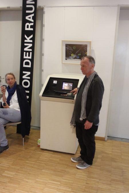 Ulrich Fips Fischer vor seinem Geldautomaten Photo: Antje Bultmann