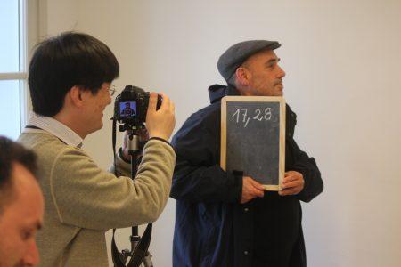 Johann Gildein wird von Tadashi beim Striptease fotografiert Photo: Antje Bultmann
