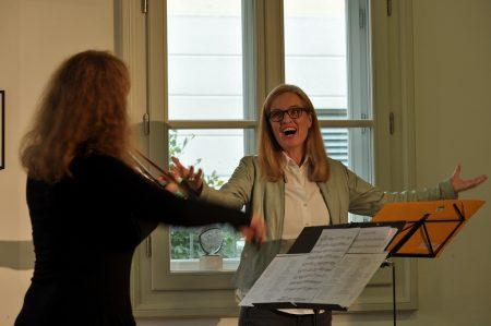 Beatrix Doderer und Esther Schöpf führen GESCHENKT-eine poetisch-musikalische Schleife auf Photo: tadashi Abe